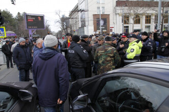 """Atac cu buzduganul la sediul Guvernului din Republica Moldova. """"La luptă!"""""""