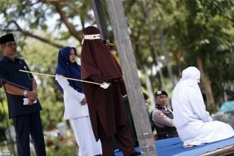 VIDEO. Momentul șocant în care o tânără din Indonezia a fost umilită și biciuită în public