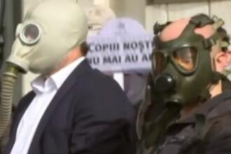 Protest cu măști de gaze pe față în Capitală. Petiția semnată de zeci de mii de oameni