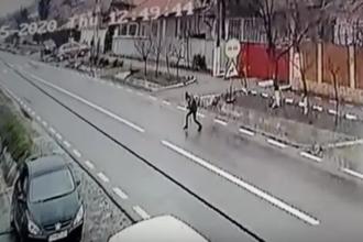 Un copil de 9 ani a fost lovit de TIR, în Prahova. Momentul a fost filmat