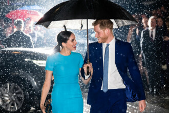 Imaginea cu Harry și Meghan în ploaie, sub umbrelă, a făcut înconjurul lumii