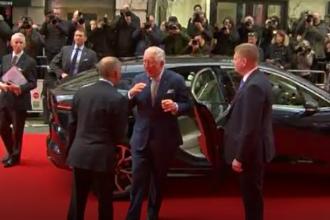 VIDEO. Reacția prințului Charles când și-a dat seama că nu trebuie să dea mâna cu oamenii