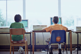 Cursurile de acasă încep azi, în Capitală. Unde le pot găsi online elevii şi preşcolarii