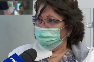 Reacția unui medic care tratează bolnavii de coronavirus după ce a primit un buchet de flori