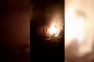 O femeie din Neamț a dat foc bisericii, ca să-și pedepsească amantul. Cum s-a dat de gol