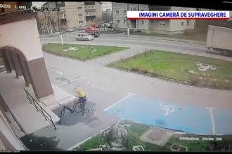 VIDEO. Un tânăr a fost filmat când a furat o bicicletă chiar din fața primăriei din Codlea