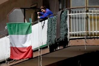 Italienii care își fac cumpărăturile de la balcon de teama Covid-19