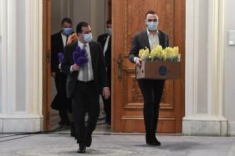 """Orban a împărțit flori, fără mănuși: """"Nu pot fi un transmițător al bolii. M-am spălat"""""""