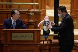 Circ și scandal în Parlament, la dezbaterile privind bugetul de stat. PSD a împărțit păpuși