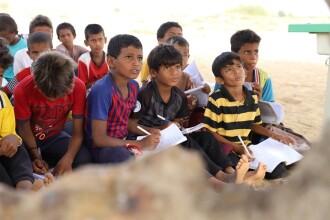 VIDEO. Un copil de 9 ani, orb din naștere, este profesor la o școală aflată într-o zonă de război