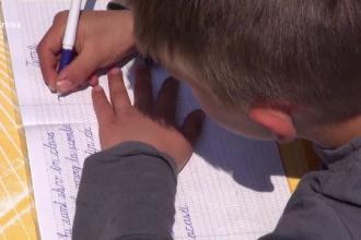 Învățător din Iași, acuzat că țipă și bate elevii. O mamă a instalat o cameră video pe hainele fetei