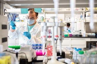 Noua tulpină de Covid-19 care infectează chiar și persoanele care s-au vindecat și au dezvoltat imunitate