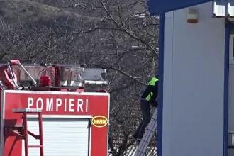 Tragedie în Argeș. Un bărbat a murit electrocutat în timp ce lucra pe acoperișul unei hale