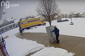 Video. Un curier ghinionist a distrus un frigider în timp ce încerca să îl livreze