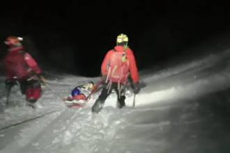 Un schior care s-a aventurat pe un traseu nemarcat din Bucegi a fost salvat în ultima clipă de salvamontiști