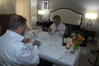 Un hotel din Belgia și-a transformat camerele în separeuri pentru luat masa