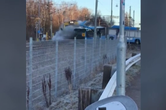 Coliziune între un tren și un autobuz, în Suedia. Autobuzul a rămas blocat pe calea ferată