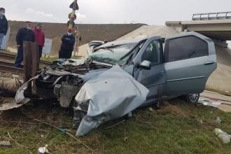 FOTO. Accident grav. Un șofer a ignorat alerta CFR și a fost lovit din plin de un tren