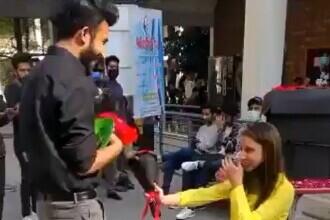 VIDEO. Cuplu de studenţi, exmatriculat după ce tânăra l-a cerut în căsătorie pe iubitul ei în public
