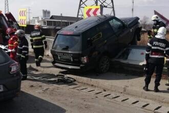 Accident pe A1. O mașină a rămas suspendată pe un parapet din beton. FOTO