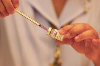 Thailanda a reluat vaccinările anti-Covid cu AstraZeneca. Premierul a primit prima doză