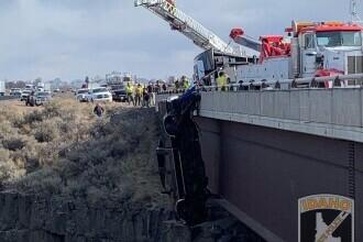 FOTO. O mașină a rămas atârnată de pe un pod în SUA. Cum au fost salvați cei doi pasageri