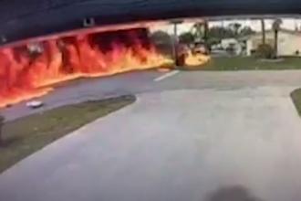 Momentul în care un avion se prăbușește peste o mașină, surprins de camerele de supraveghere. Două persoane au murit. VIDEO