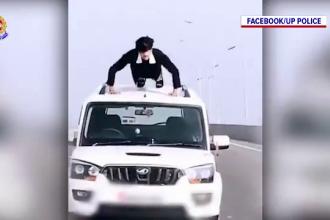 Un tânăr a făcut flotări pe o maşină în mers. Reacţia poliţiei