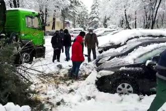 Probleme în toată ţara, din cauza zăpezilor. Turiști blocați, copaci rupți și pietre căzute de pe versanți