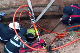 Un muncitor din Cluj care lucra la rețeaua de apă potabilă a fost strivit de un mal de pământ