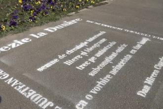 Versuri scrise pe asfalt de ziua poeziei, la Galați. Reacția celor care s-au oprit să le citească