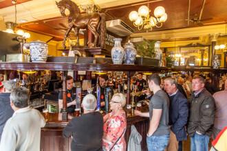 """Cum se chinuie să supraviețuiască celebrele pub-uri britanice în pandemie. """"A fost brutal când am realizat ce se întâmplă"""""""