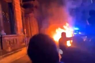 VIDEO. Un protest pașnic a degenerat rapid în UK. Manifestanții au atacat o secție de poliție și au rănit mai mulți ofițeri