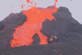 Un bărbat a prăjit cârnați pe lava unui vulcan în erupție. Mai mulți turiști și-au riscat viața pentru poze