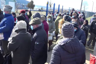 Sute de oameni necăjiți din Bârlad se înghesuie de două zile să primească pachete cu ajutoare de la UE
