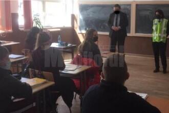 """Poliția Suceava a """"mâzgălit"""" o mască pe fața unui participant la o acțiune oficială, în fotografia din comunicatul de presă"""