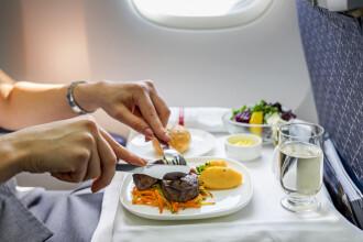 Compania aeriană care livrează la domiciliu mâncarea din avion. Cât costă serviciul