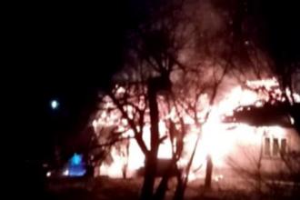 Un bărbat din Neamț și-a găsit sfârșitul, după ce locuința lui a fost cuprinsă de flăcări. Preotul a dat alarma