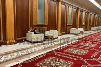 Ministrul Sanatatii, Vlad Voiculescu, fotografiat fara masca pe holurile Parlamentului