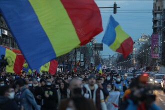 Manifestații împotriva noilor restricții în București și în țară. Un bărbat a fost reținut în Capitală