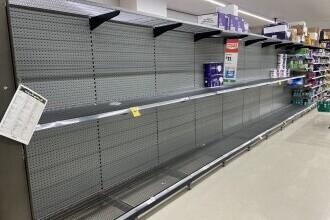 Australienii au golit din nou rafturile magazinelor. Brisbane a intrat în carantină pentru 3 zile