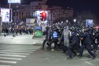 VIDEO șocant de la proteste. Huliganii au smuls bucăți de asfalt și au atacat jandarmii