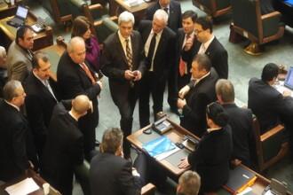Senatorii ar putea ajunge sa munceasca pe frig si intuneric. Emil Boc este singura salvare