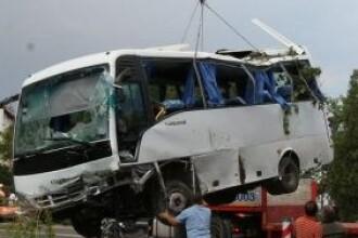 Sapte persoane, ranite dupa ce un microbuz s-a izbit de o masina