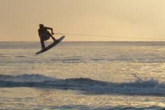 Care este legatura dintre un tren si un sportiv urcat pe un wakeboard?