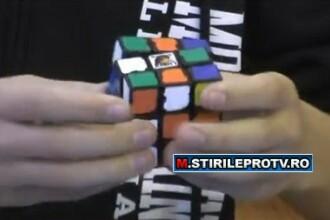 Poate sa rezolve un cub Rubik in mai putin de un minut, legat la ochi. Imaginile care i-au impresionat pe americani