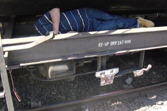 16 migranti vroiau sa iasa din tara ascunsi sub platforma unui tren