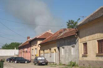 """Cimitir in flacari.Coroanele uscate de la """"Pomenirea"""" au fost incendiate iar fumul a acoperit orasul"""