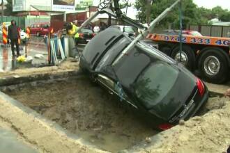 O masina de peste 100.000 euro a disparut cu totul intr-o groapa din Capitala. Ce a declarat soferul