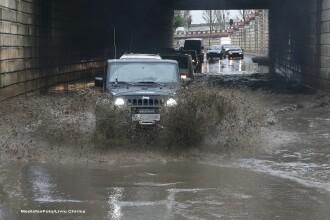 Capitala a cedat in fata furtunii: masinile au plutit haotic, statiile de metrou au fost inundate